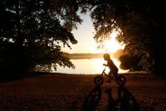 Weinig kind op een fiets Royalty-vrije Stock Afbeeldingen