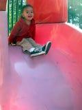 Weinig kind op speelplaats stock foto