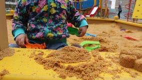 Weinig kind speelt in de zandbak stock video