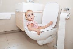Weinig Kind in Toilet royalty-vrije stock afbeeldingen