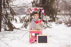 Weinig kind verkopende kussen met leeg tekstkader Stock Fotografie