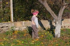 Weinig kind in vest neemt een gang royalty-vrije stock afbeelding