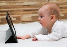 Weinig kind wat betreft zijn tabletcomputer Royalty-vrije Stock Fotografie
