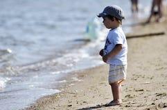 Weinig kind wil in water binnengaan Stock Foto