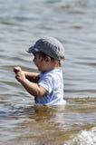 Weinig kind wil in water binnengaan Stock Afbeelding