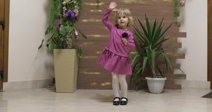 Weinig kinddans dichtbij bloempotten en houten omheining Voel gelukkig, het glimlachen stock video