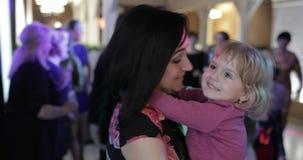 Weinig kinddans in patry met moeder Voel gelukkig Het hebben van pret op disco stock footage