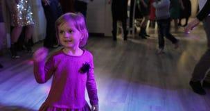 Weinig kinddans in patry Voel gelukkig, het glimlachen Meisje die pret op disco hebben stock footage