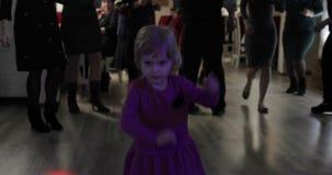 Weinig kinddans in patry Voel gelukkig, het glimlachen Meisje die pret op disco hebben stock video