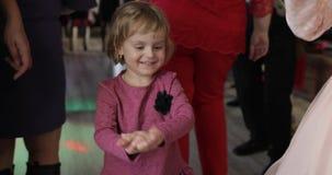Weinig kinddans in patry Voel gelukkig, het glimlachen Meisje die pret op disco hebben stock videobeelden