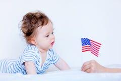 Weinig kindjongen met blauwe ogen en Amerikaanse vlag Stock Fotografie
