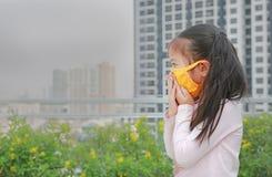 Weinig kindmeisje die een beschermingsmasker dragen tegen PM 2 luchtvervuiling 5 in de stad van Bangkok thailand royalty-vrije stock foto's