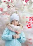Weinig kindmeisje openlucht in wintertijd stock afbeelding