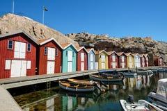 Weinig kleurrijke botenhuizen in Smögen in westcoastzweden stock fotografie