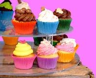 Weinig kleurrijke cupcakes op straatmarkt royalty-vrije stock afbeelding