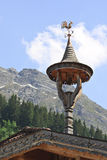 Weinig klokketoren bij Tyroler-huis, Oostenrijk stock afbeeldingen