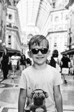 Weinig knappe jongen in Milaan, Italië royalty-vrije stock foto's