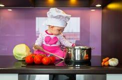 Weinig kok van het babymeisje Royalty-vrije Stock Foto