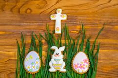 Weinig konijntje en paaseieren op groen gras Royalty-vrije Stock Afbeeldingen