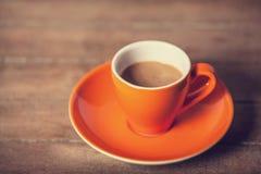 Weinig kop van de koffie op een houten lijst Royalty-vrije Stock Foto