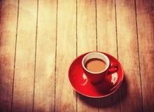 Weinig kop van de koffie op een houten lijst Royalty-vrije Stock Foto's