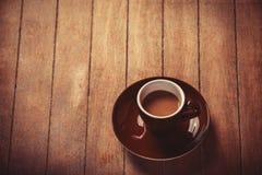 Weinig kop van de koffie op een houten lijst Royalty-vrije Stock Fotografie