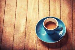 Weinig kop van de koffie op een houten lijst Stock Fotografie