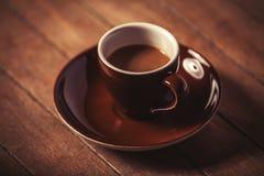 Weinig kop van de koffie op een houten lijst Stock Afbeeldingen