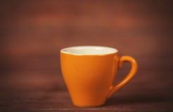 Weinig kop van de koffie op een houten lijst Stock Foto