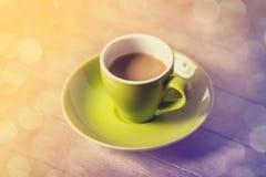 Weinig kop van de koffie op een houten lijst Royalty-vrije Stock Afbeeldingen