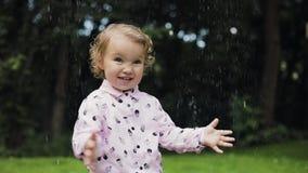Weinig krullend meisje die in reusachtige bel gelukkig voelen Langzame Motie De bel toont stock footage