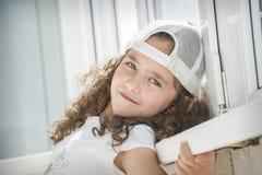Weinig krullend meisje in een GLB royalty-vrije stock foto's