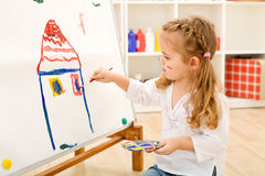 Weinig kunstenaarsmeisje met haar meesterwerk royalty-vrije stock afbeeldingen