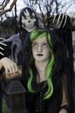 Weinig lantaarn van de heksenholding met jongen status achter het dragen van onverbiddelijk maaimachinekostuum stock foto's