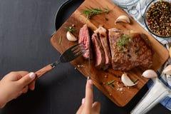 Weinig lapje vlees van het hand scherp rundvlees op hoogste mening Stock Afbeeldingen