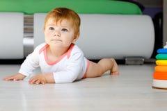 Weinig leuk babymeisje die leren te kruipen Gezond kind die in jonge geitjesruimte kruipen Glimlachend gelukkig gezond peutermeis royalty-vrije stock foto