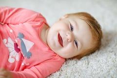 Weinig leuk babymeisje die leren te kruipen Gezond kind die in jonge geitjesruimte kruipen met kleurrijk speelgoed Achtermening v stock foto's