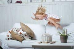 Weinig leuk blonde Noors echt meisje die spelen bij Stock Afbeeldingen
