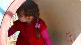 Weinig leuk glimlachend meisje op speelplaats stock video