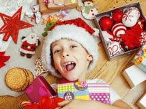 Weinig leuk jong geitje in santas rode hoed met met de hand gemaakt Stock Foto's