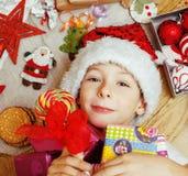 Weinig leuk jong geitje in santas rode hoed met met de hand gemaakt Stock Foto
