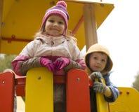 Weinig leuk jongen en meisje die buiten spelen Stock Foto's