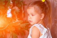 Weinig leuk Kaukasisch babymeisje met paardestaarten hielp aan decorat stock fotografie