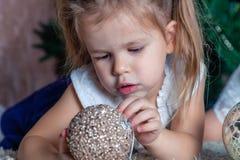 Weinig leuk Kaukasisch babymeisje met paardestaarten hielp aan decorat stock afbeelding