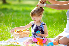 Weinig leuk meisje dat bij een picknick speelt stock afbeelding