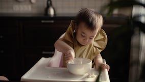 Weinig leuk meisje die babyhavermoutpap eten Het mamma voedt haar baby van de lepel stock footage