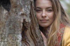 Weinig leuk meisje die door de boslente, zon, portret lopen, stock foto's