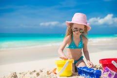 Weinig leuk meisje die met strandspeelgoed spelen tijdens stock afbeelding
