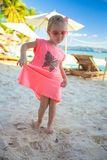 Weinig leuk meisje die van vakanties op het strand genieten stock afbeelding