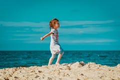Weinig leuk meisje loopt op het strand Stock Foto's